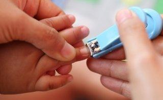Wie Sie dem Baby die Fingernägel behutsam schneiden