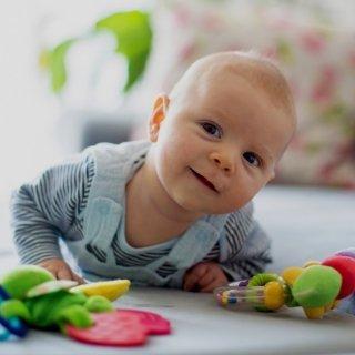 Wenn das Baby seinen Kopf selbst heben kann