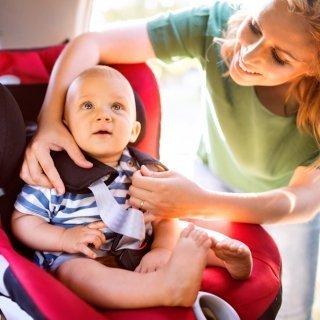 Reisen mit Baby im Auto: 5 Tipps für eine erholsame Fahrt