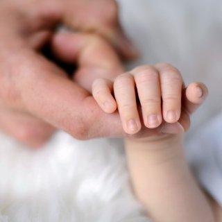 Tastsinn des Babys: Mund und Hände in Aktion
