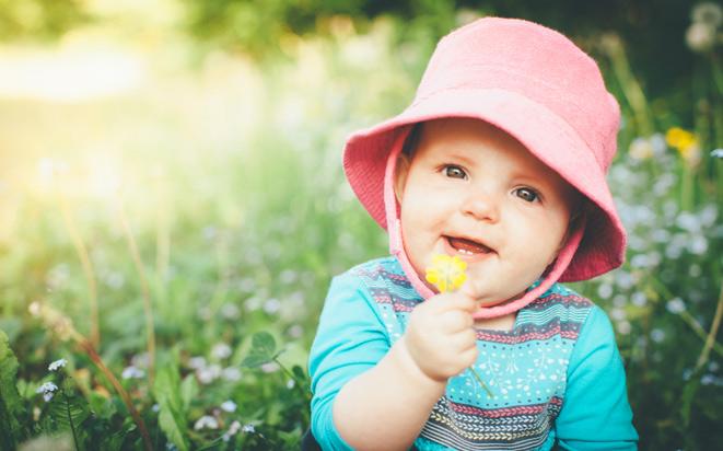 Tipps, wie Sie Ihr Baby im Sommer richtig anziehen.