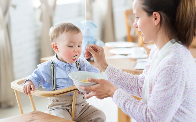 Tipps, mit denen Sie Ihrem Kind feste Nahrung näher bringen.