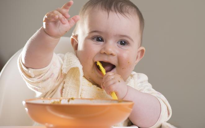 Baby-led weaning: So lernt das Baby von alleine Essen.