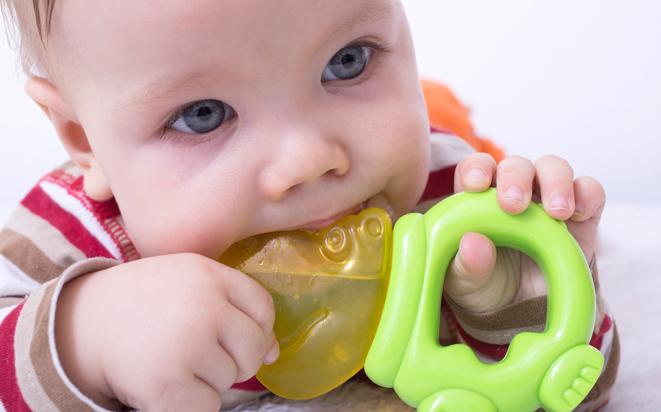 Tipps, wenn Babys erster Zahn wächst.