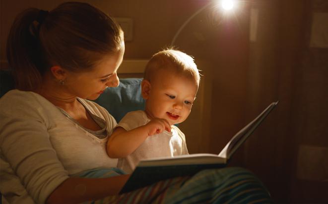 Mit täglichen Ritualen das Baby zum Einschlafen bringen.
