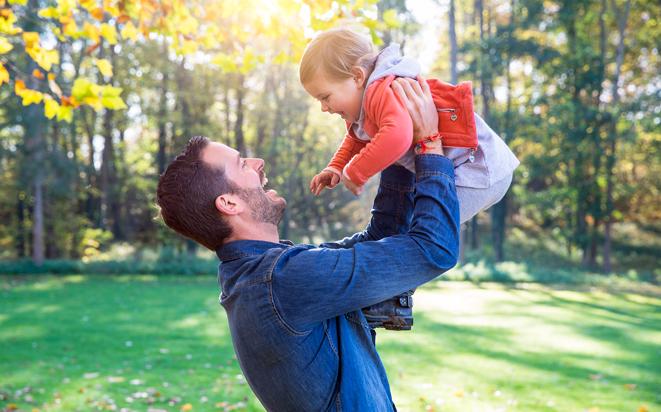 Bindung zwischen Vater und Baby stärken.