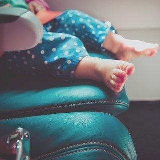Fliegen mit Baby: 10 Tipps für einen entspannten Flug