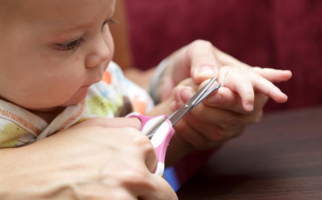 Wir geben Ratschläge, wie Sie Ihrem Baby die Fingernägel schneiden.
