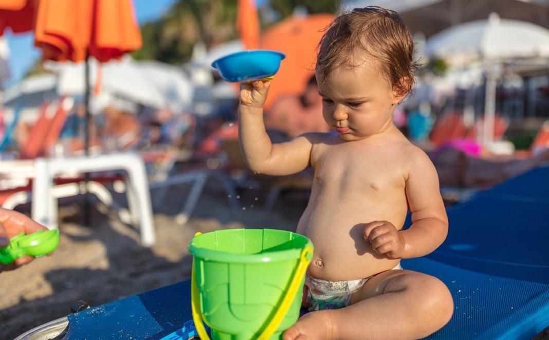 Wie Sie Sonnenbrand beim Baby vorbeugen und behandeln
