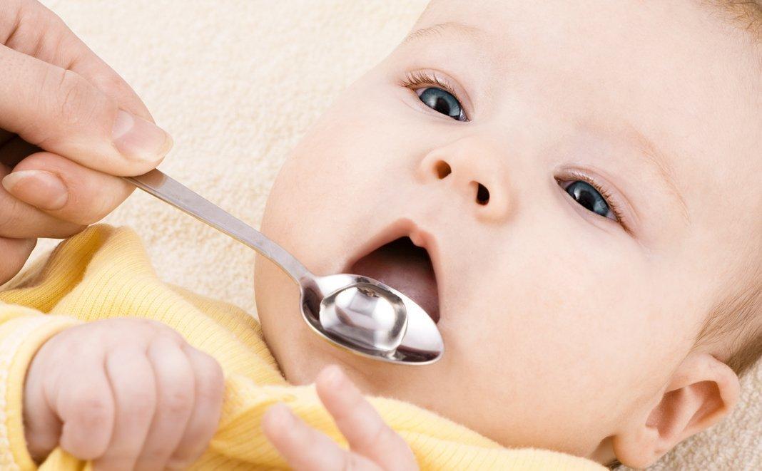 Was hilft beim Zahnen? Babys erster Zahn