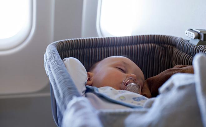 Babybett im Flugzeug für Fliegen mit Baby