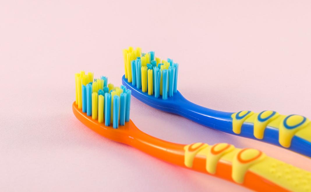 Spezielle Zahnbürsten zum Zähneputzen beim Baby