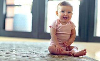 Auf unterschiedlichste Art und Weise können Babys sitzen lernen