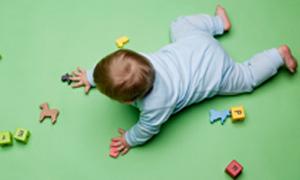 Vom Liegen zum Laufen Tipps, um die Motorik von Babys zu fördern