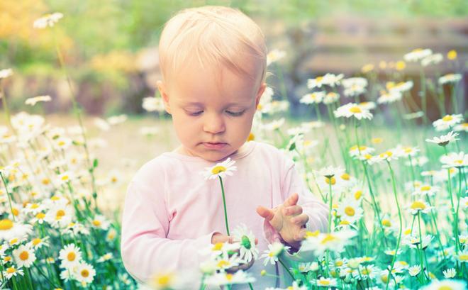Kind mit Kamille - Hausmittel gegen Husten