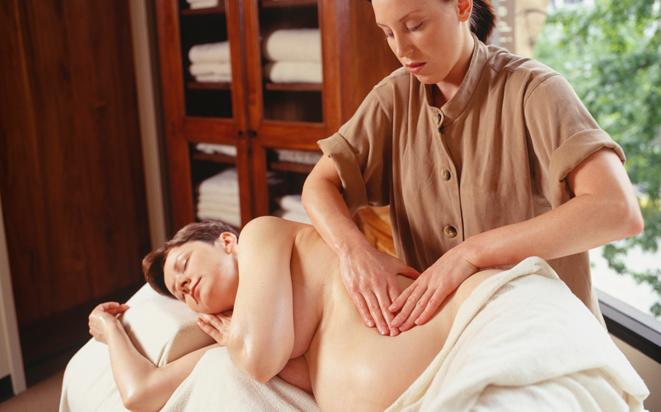 In der Schwangerschaft in die Sauna und ins Wellness zu gehen ist möglich.