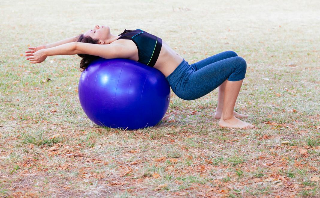 Beckenbodentraining mit einem Gymnastikball.