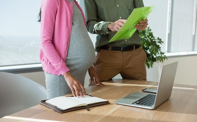 Arbeitgeber über die Schwangerschaft informieren.