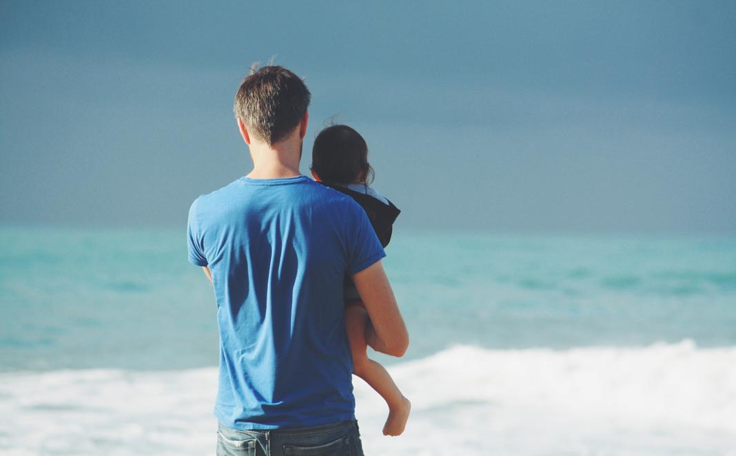 Teilzeit-Papi mit Kind unterwegs